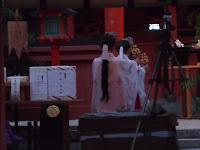 本殿で神楽を舞う童女