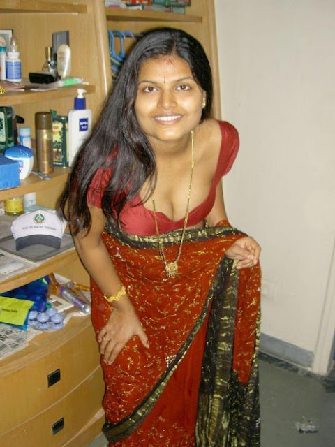 Hot Desi Aunty In Saaree indianudesi.com