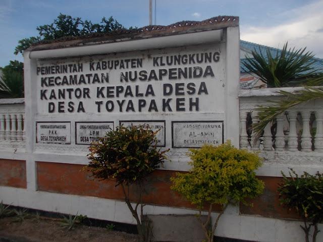 Papan nama Kantor Desa Toyapakeh, Nusa Penida, Bali