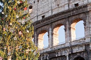 Brad de Craciun langa Colosseumul din Roma
