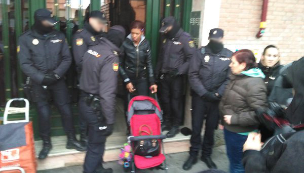 Desahucian a una mujer y su bebé tras cargas de la policía en Villa de Vallecas