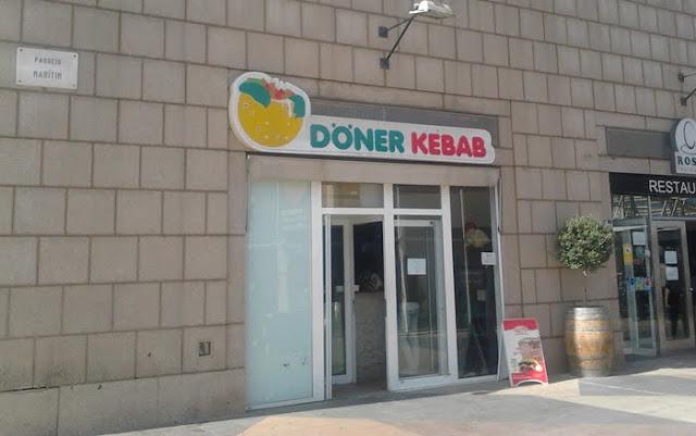Letrero de Döner Kebab con tipografía parecida al Mercadona