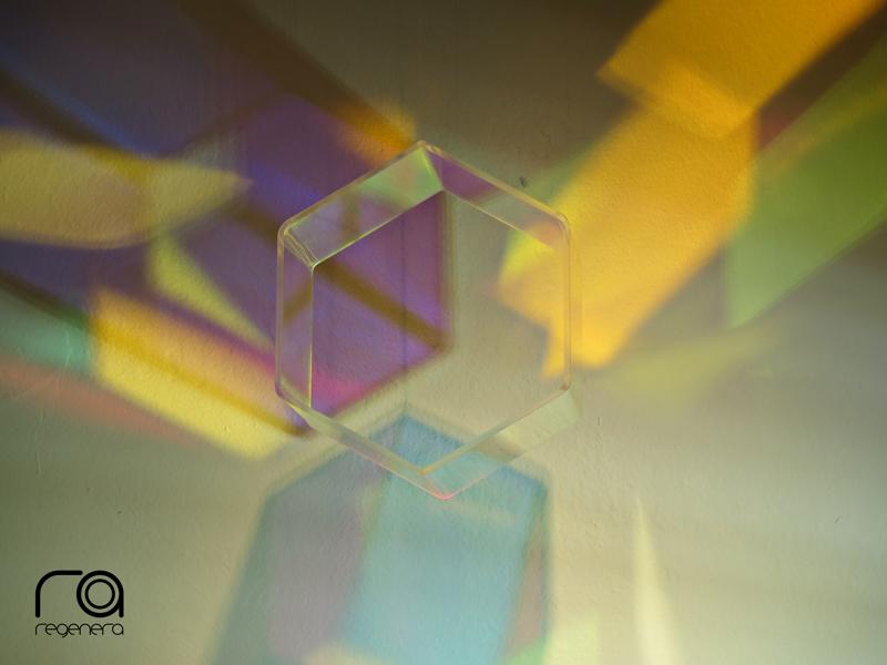 colores reflejados a través de acrílico dicroico