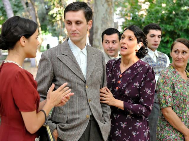 Sira Quiroga con vestido rojo e Ignacio traje chaqueta boda Paquita con su madre. El tiempo entre costuras. Capítulo 1.