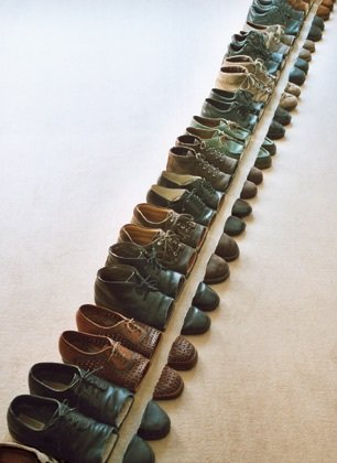 Sakir gokcebag Kunstinstallationen Toilettenpapier Uhren Schuhe