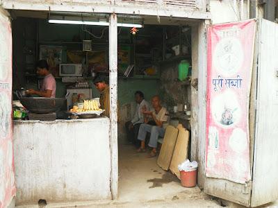 уличная забегаловка в Дели