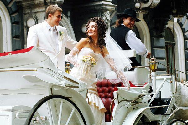 жених и невеста в свадебной карете