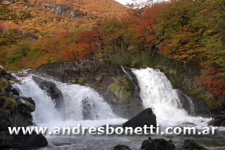 Otoño en la Cordillera de los Andes - El Chaltén - Cascada sbre el Río las Vueltas - Patagonia - Andrés Bonetti