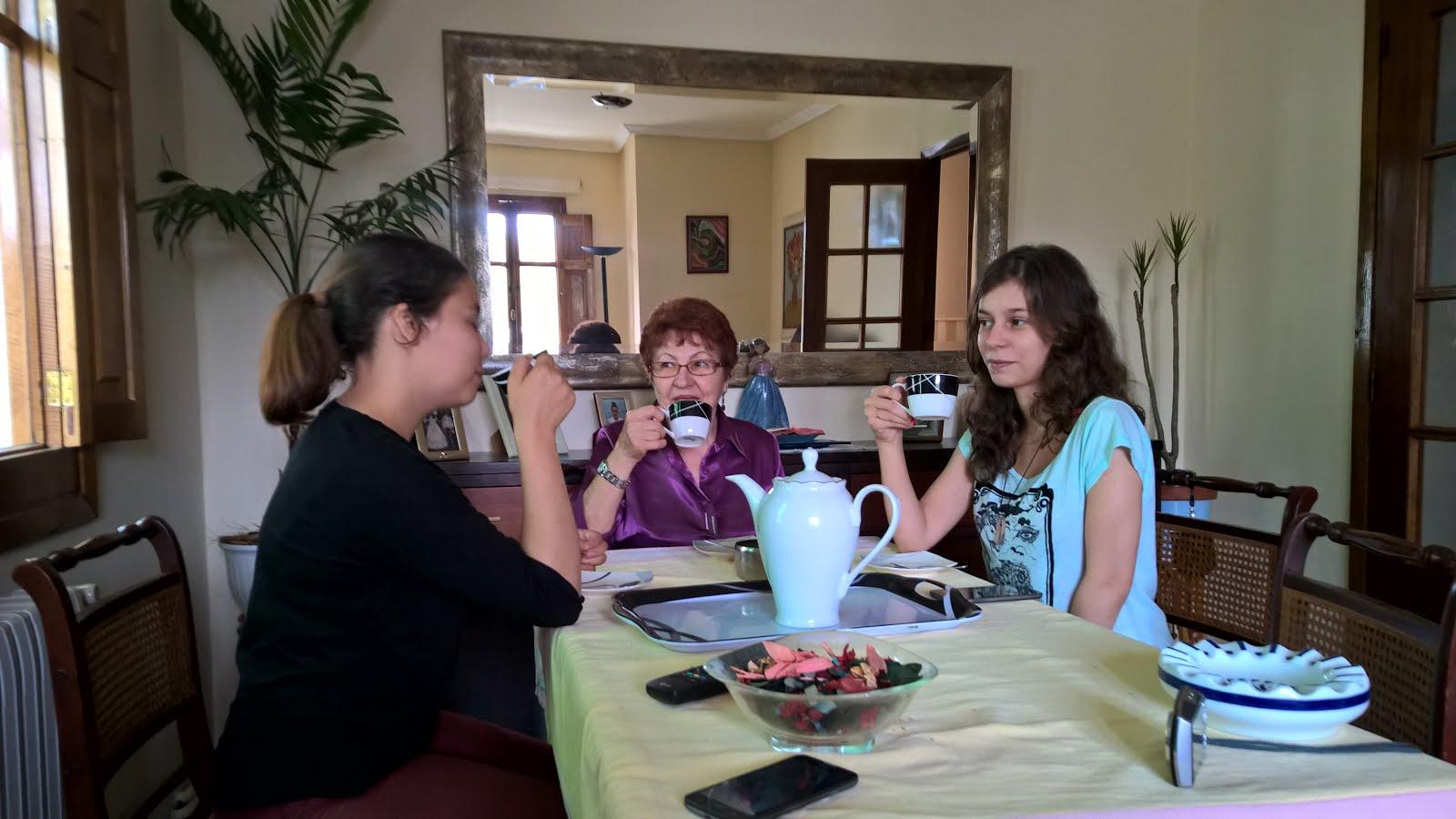 Mis nietas tomando café con la abuela. Lorena y Uxia.