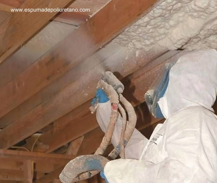 Spray de material aislante sobre estructura de madera