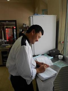 Chef Marc Tauch rédigeant le menu du jour @LesDeuxTours