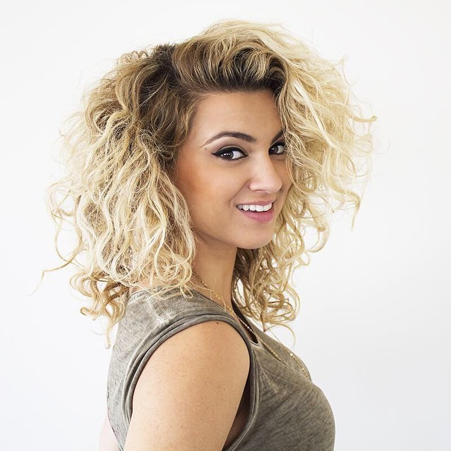 A Look At Gorgeous Singer Tori Kelly W Video
