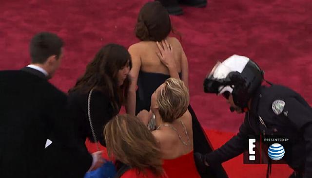 Jennifer Lawrence se cayó sobre la alfombra roja