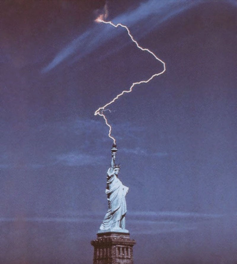 30 Pictures Taken At The Right Moment - The Statue of Liberty in New York is no statue to mess with!