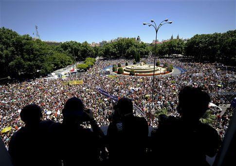 """MILHARES DE ESPANHÓIS GRITAM """"NÃO PAGAMOS A CRISE"""" EM MADRID"""