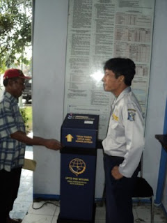 Salah satu supir sedang mengambil nomor di mesin antrian Surabaya untuk uji kir.