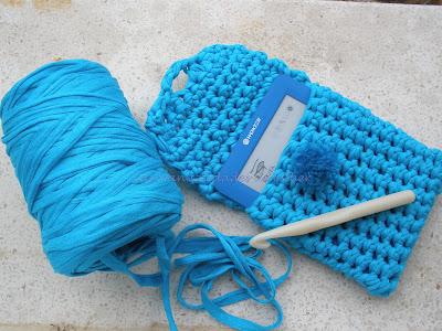 Funda realizada a crochet con trapillo para ebook