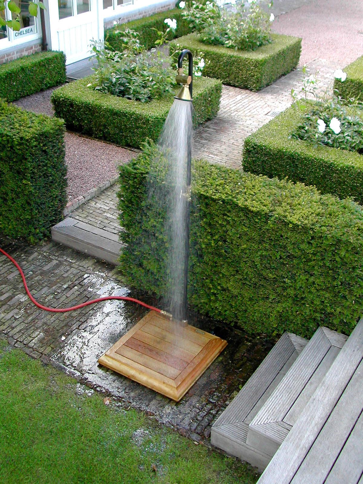 Outdoor showers cool off outdoors for Aspersor de jardin