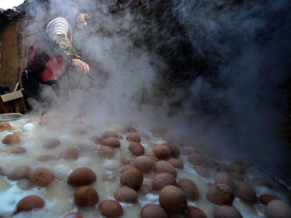 telur direbus dengan air kencing anak laki-laki