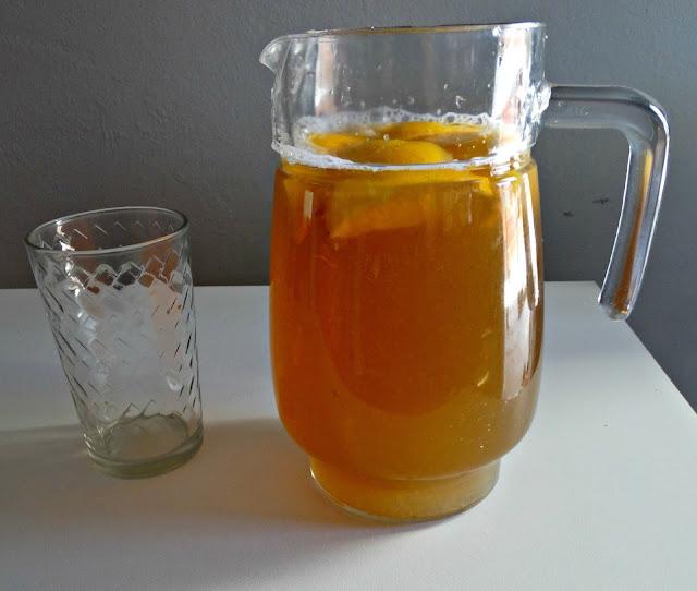 Jarra llena de limonada deliciosa lista para consumir