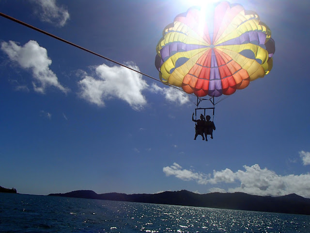 parasailing whitsundays
