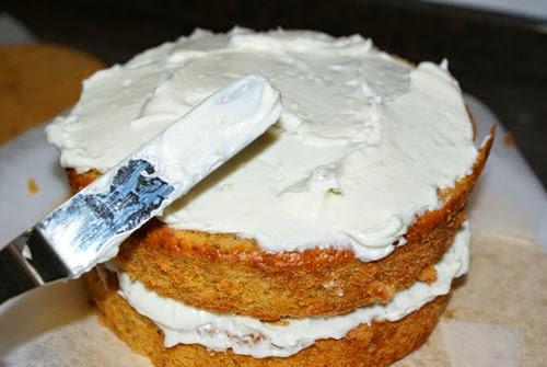 Extendiendo buttercream en tarta
