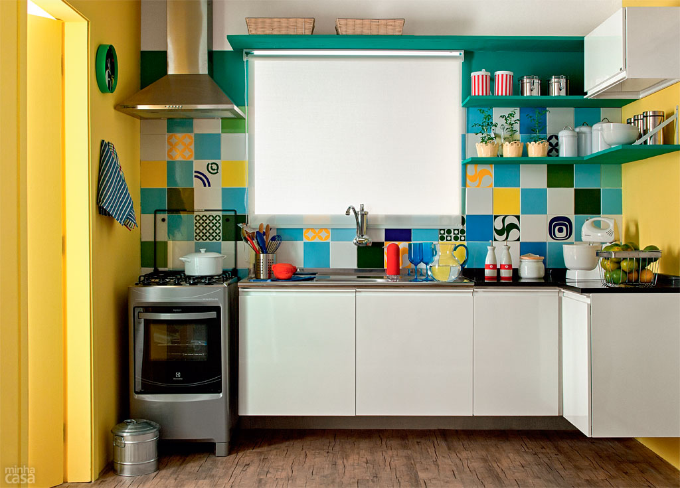 decoracao cozinha e copa : decoracao cozinha e copa:Cozinha azul, verde e amarela: decoração no clima da Copa do Mundo