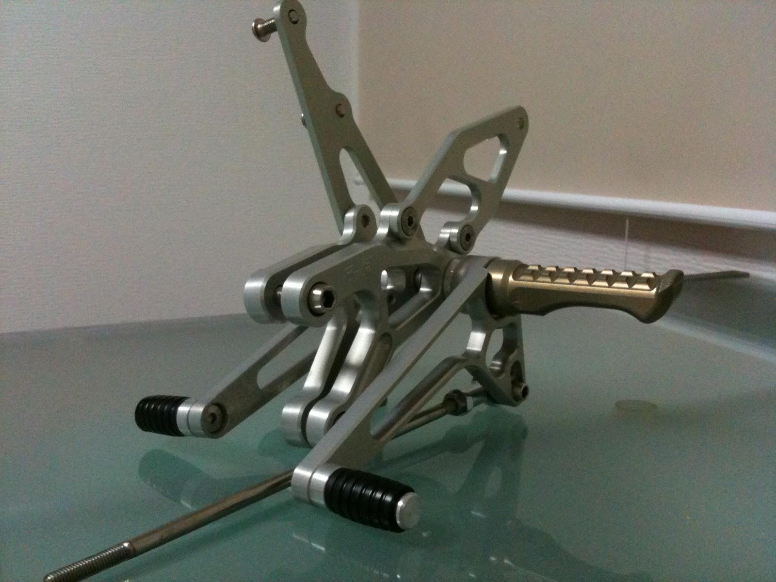 ロビーモトエンジニアリング社製バックステップGSX-R1000 '02用。仮組完成