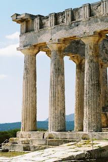 Bild 6: Teil der Ostseite des Aphaia-Tempels auf der Insel Ägina. Die Rechte am Bild liegen bei Dr. Ernst Theodor Mayer, München.