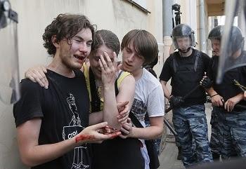 La imagen 36 fotos desde Rusia que todo el mundo tendría que ver. Policías, fascistas y ultra-ortodoxos agreden brutalmente a militantes LGBT. Rusia en estos momentos, es un lugar peligroso para las personas LGBT. + info: http://www.buzzfeed.com/mjs538/photos-from-russia-everyone-needs-to-see
