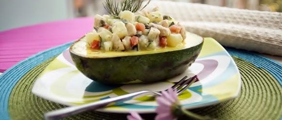 Aguacate Relleno De Pollo Y Mayonesa