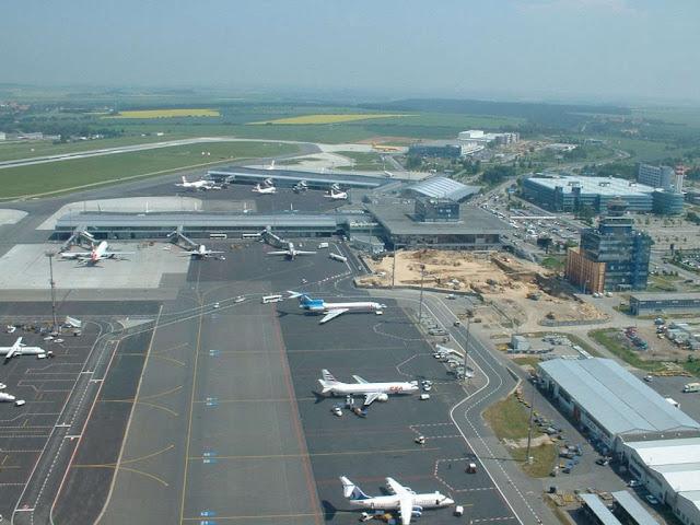 Η διάρκεια των απευθείας πτήσεων από το αεροδρόμιο της Αθήνας προς το αεροδρόμιο της Πράγας είναι 2,5 ώρες.
