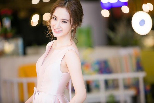 Gam màu hồng nữ tính của bộ váy giúp tôn lên da trắng của người đẹp.