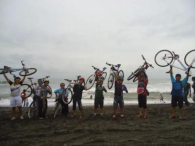 aksi angkat sepeda di pantai depok, bantul
