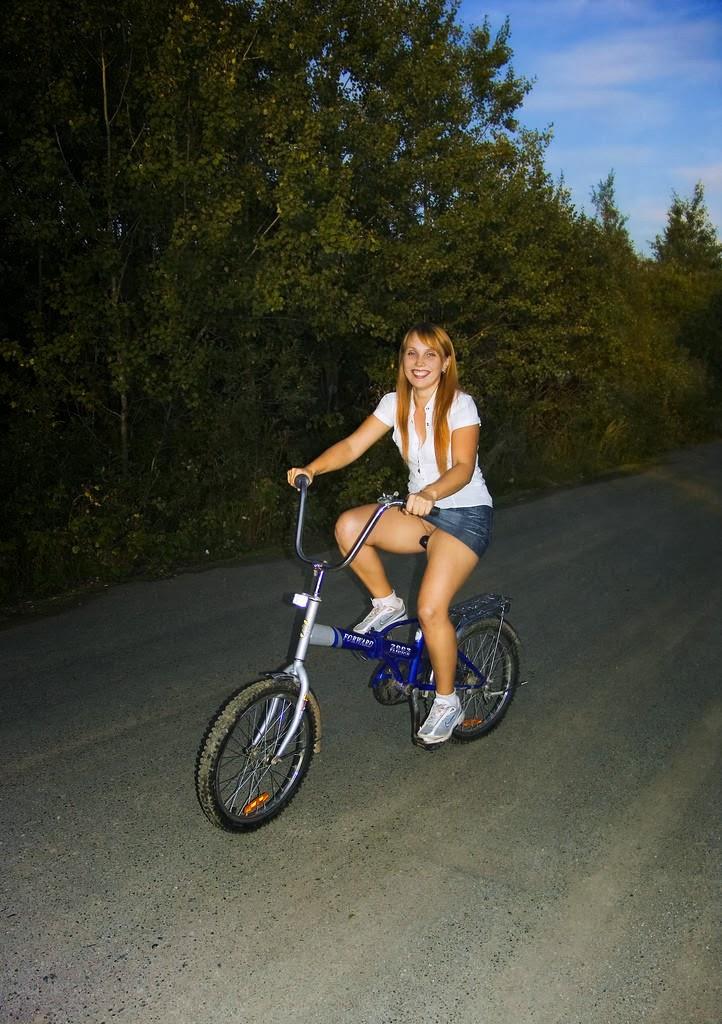 Loirinha Linda Andando De Bicicleta Minissaia Jeans E Sem Calcinha