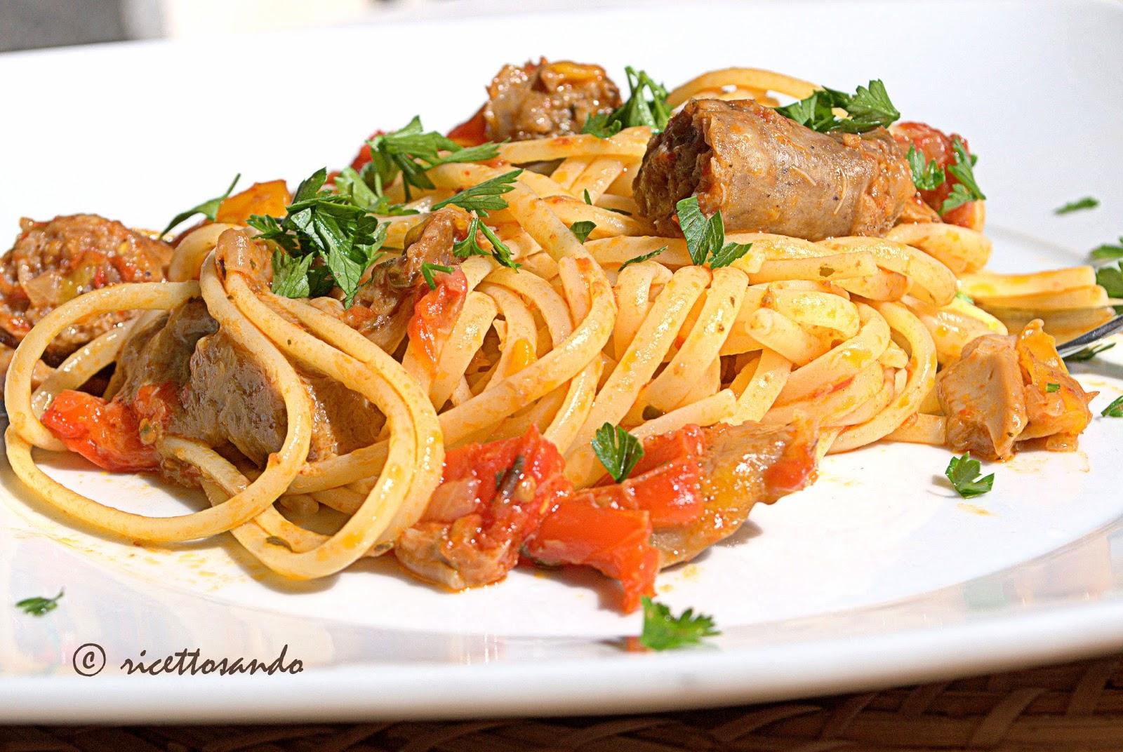 Pasta con peperoni salsiccia e funghi