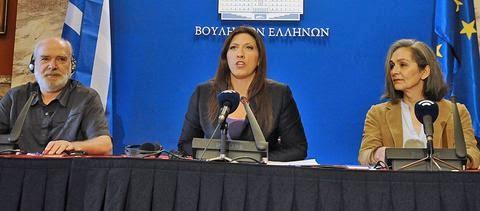 Η πρόεδρος της Βουλής επιτέθηκε μεταξύ άλλων και στους κοινοβουλευτικούς συντάκτες για τη μη κάλυψη των εργασιών της Επιτροπής το Σαββατοκύριακο. Στη φωτό με τον ειδικό σε θέματα λογιστικού ελέγχου Ερικ Τουσέν και την ευρωβουλευτή Σοφία Σακοράφα