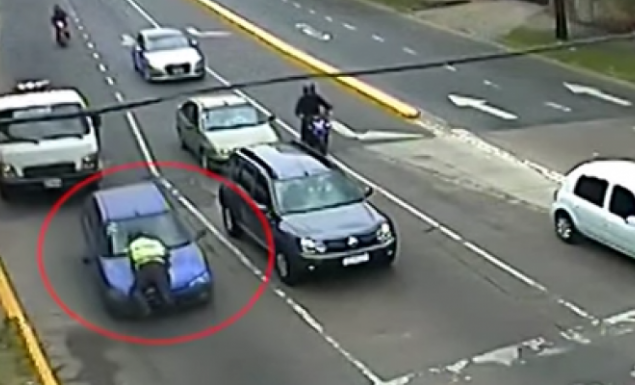 Τρομερό βίντεο: 60χρονη οδηγούσε για 300 μέτρα με τον τροχονόμο στο... παρμπρίζ!