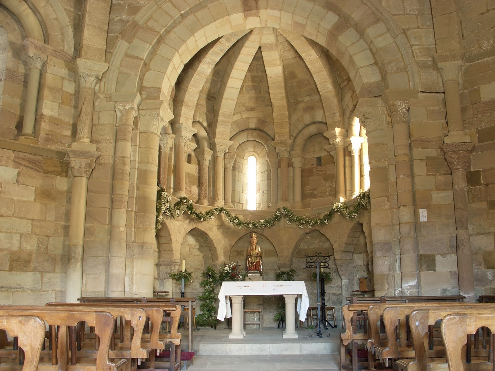 Lugares con encanto iglesia de santa for Interior iglesia romanica