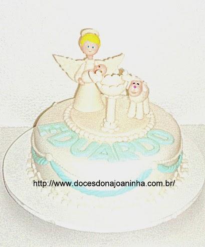 Bolo decorado batizado Anjinho, pia batismal, carneirinho e pombinha em azul e branco.