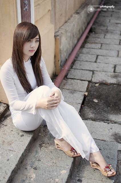 Nữ sinh với áo dài mỏng nhìn rõ đồ lót 4