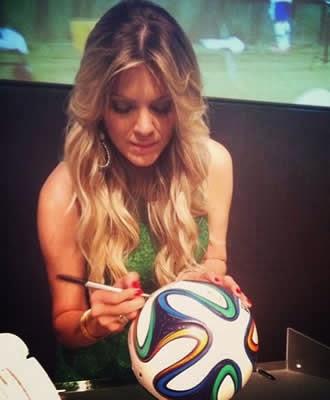A apresentadora Renata Fan autografa a Brazuca em Fortaleza e se diz apaixonada pela copa