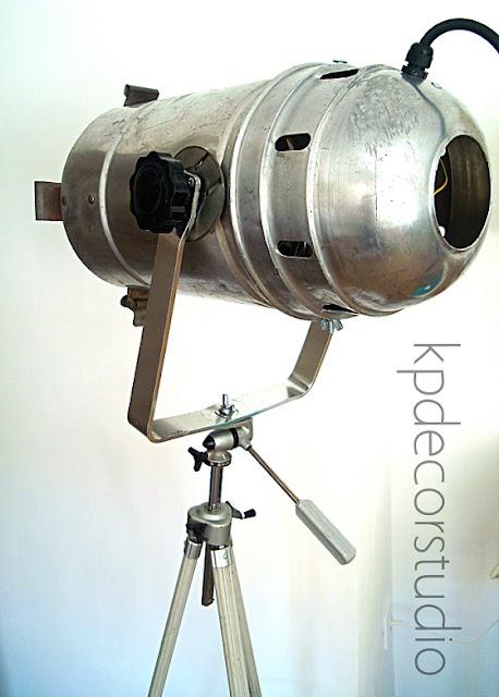Lámparas industriales para estudios de fotografía. Focos antiguos como lámparas de pie.