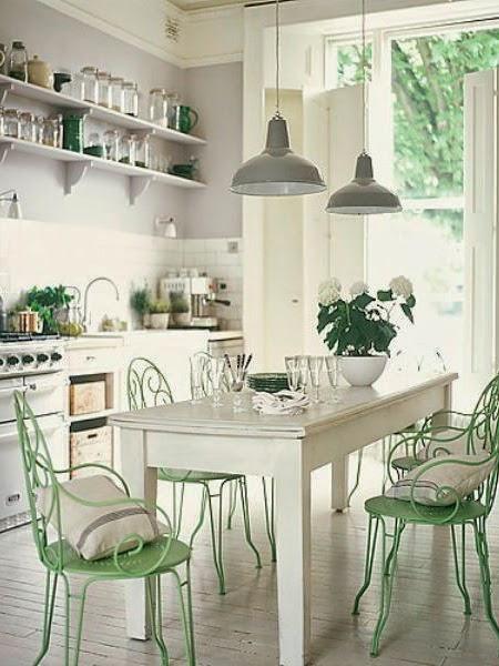 Biała kuchnia z zielonymi ogrodowymi krzesłami