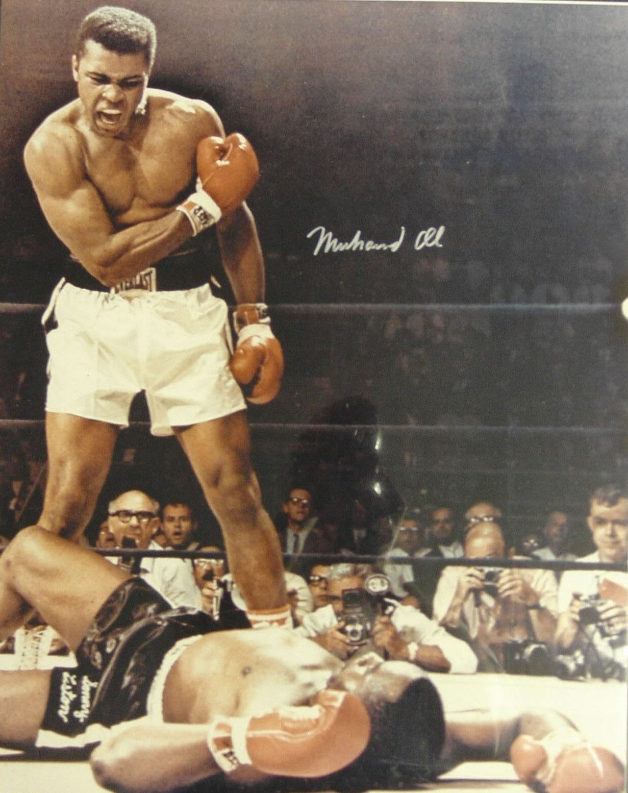http://1.bp.blogspot.com/-_N-F0Z-F8x0/UBtGLswb-nI/AAAAAAAAmWk/gOYx4nsUeEo/s1600/Muhammad+Ali+showing+the+world+he%27s+the+greatest.jpg