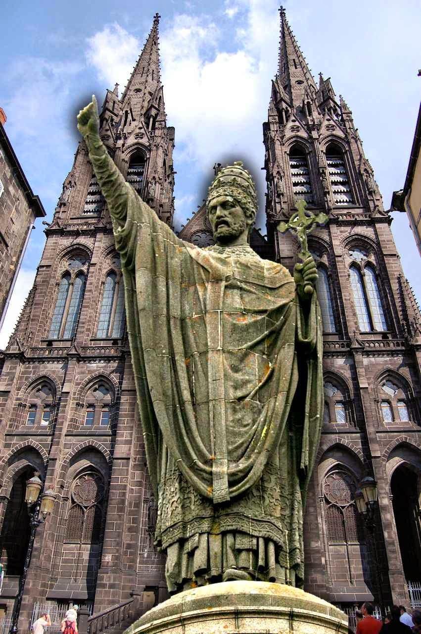Beato Urbano II, Clermont-Ferrand, França. Fundo: catedral Notre Dame de l'Assomption da mesma cidade