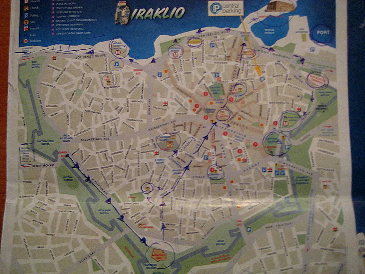 Mapa starog grada na kojoj sam obeležila svoju maršutu. Možete videti u plavim kockicama parking mesta.