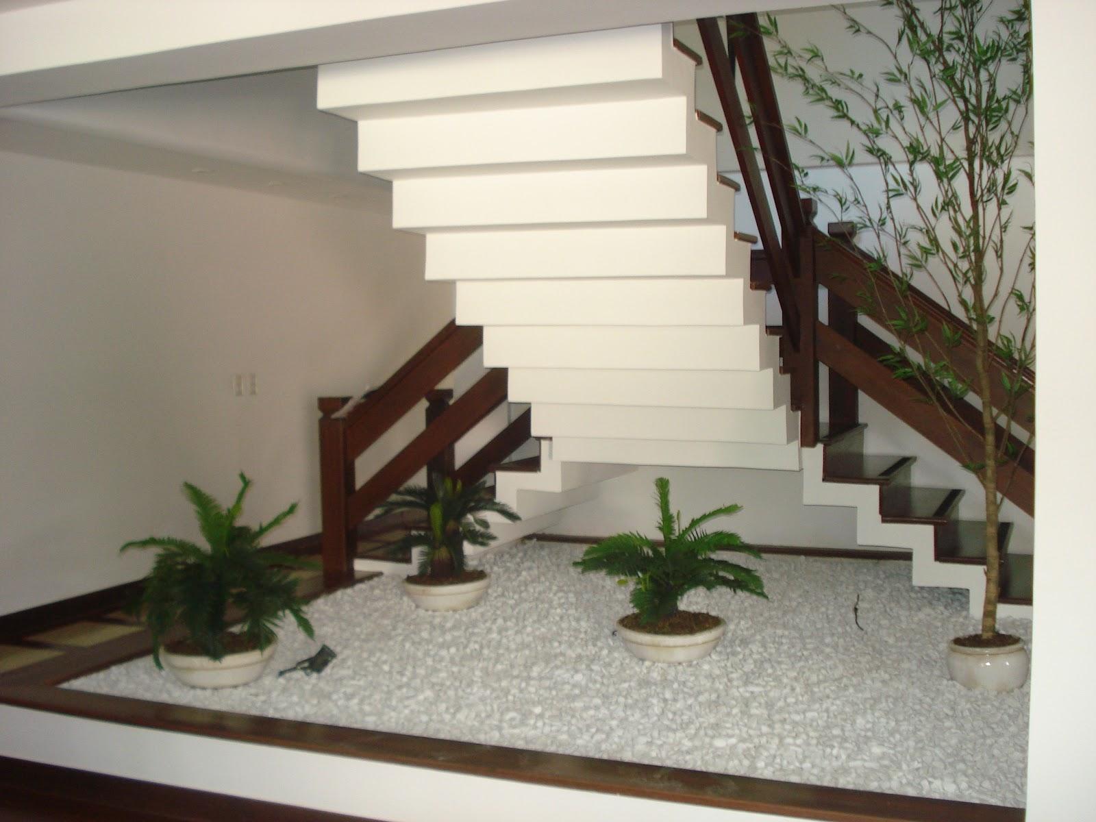escada de pedra no jardim:Ateliê Jardim: Arte e Paisagismo: Jardim de inverno sob a escada