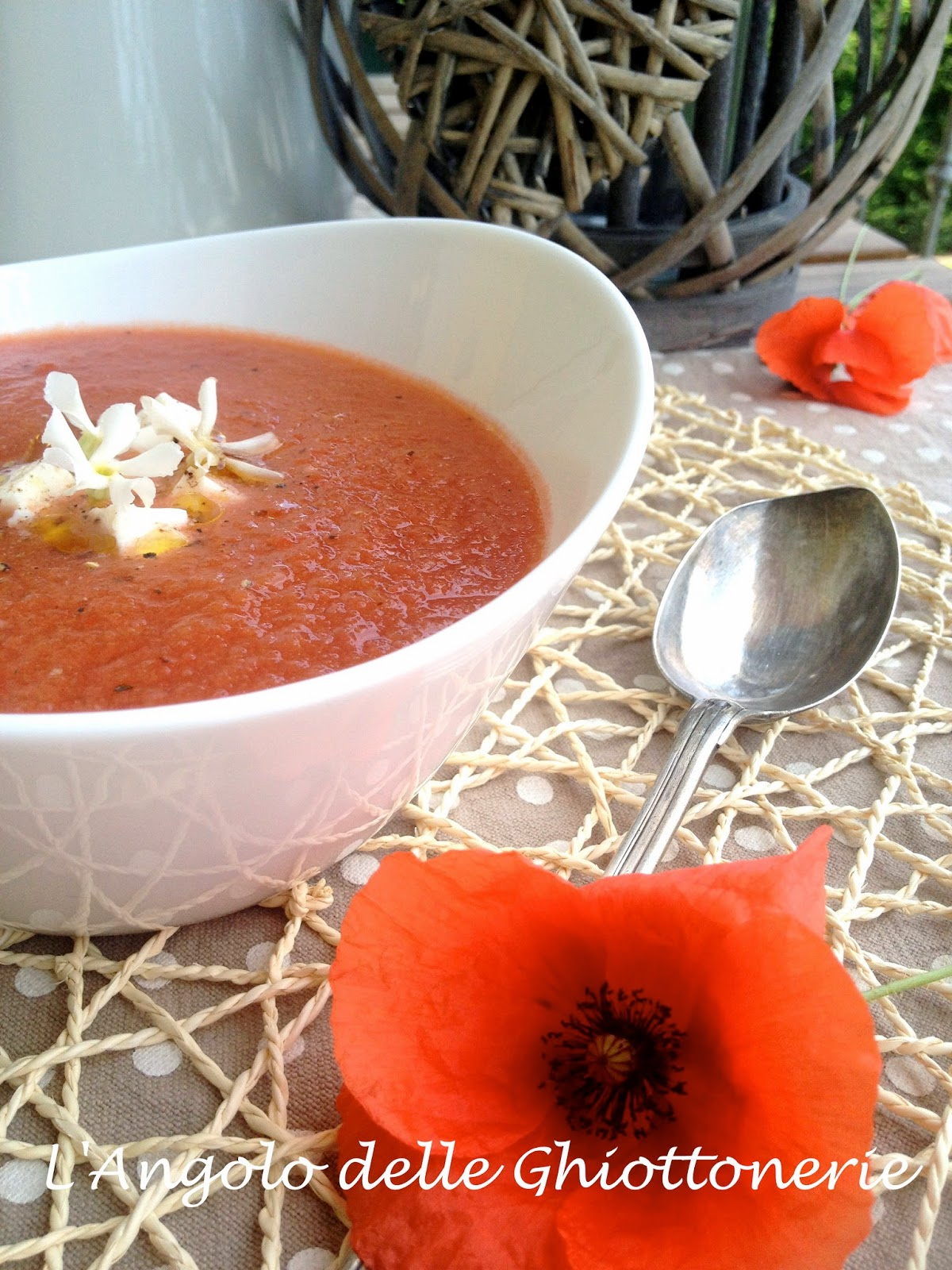 di ispirazione hispano-moresca. e' il mio gazpacho di anguria baby, con pomodoro cuore di bue, peperone rosso e primosale