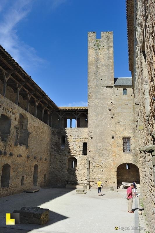 Cour du midi au château comtal de Carcassonne photo pascal blachier